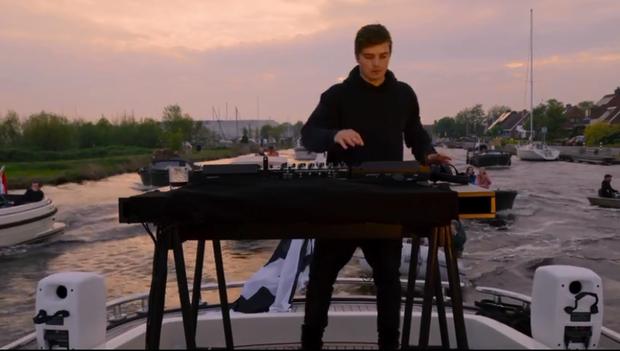 DJ số 1 thế giới thuê hẳn du thuyền chơi nhạc trên sông giữa mùa dịch: vừa ngắm trai đẹp vừa chill cảnh đẹp, gây bão MXH cả đêm qua! - Ảnh 2.