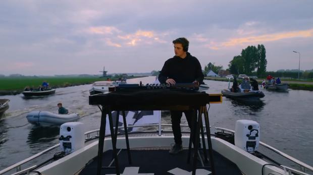 DJ số 1 thế giới thuê hẳn du thuyền chơi nhạc trên sông giữa mùa dịch: vừa ngắm trai đẹp vừa chill cảnh đẹp, gây bão MXH cả đêm qua! - Ảnh 3.
