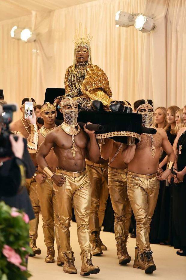 Met Gala hay mặt trận làm lố đỉnh cao: Lady Gaga thay đồ tại trận, Cardi B vác cặp nhũ hoa 12 tỷ nhưng tất cả đều chào thua nam nhân nằm kiệu - Ảnh 3.