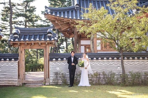 Giữa lúc Kim Tae Hee dính bê bối trốn thuế, em trai lên top Naver vì khoe cuộc sống tân hôn sang chảnh - Ảnh 11.
