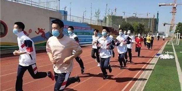 Hai nam sinh đột tử khi đeo khẩu trang lúc kiểm tra chạy bộ, nhiều tỉnh ở Trung Quốc tạm dừng việc dạy thể dục - Ảnh 2.