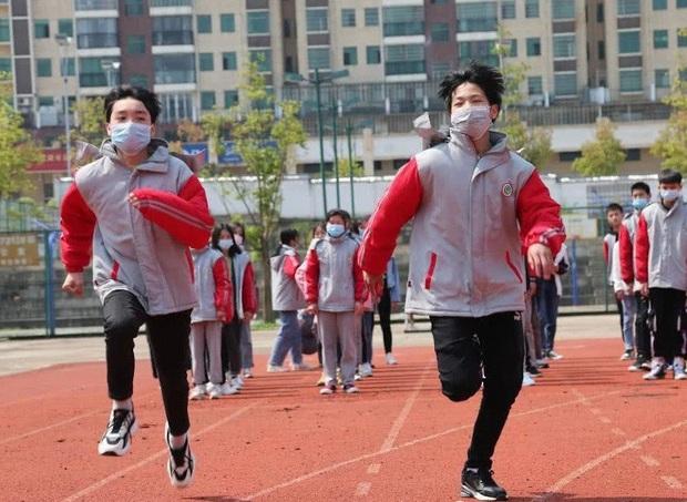 Hai nam sinh đột tử khi đeo khẩu trang lúc kiểm tra chạy bộ, nhiều tỉnh ở Trung Quốc tạm dừng việc dạy thể dục - Ảnh 1.