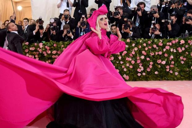 Met Gala hay mặt trận làm lố đỉnh cao: Lady Gaga thay đồ tại trận, Cardi B vác cặp nhũ hoa 12 tỷ nhưng tất cả đều chào thua nam nhân nằm kiệu - Ảnh 1.