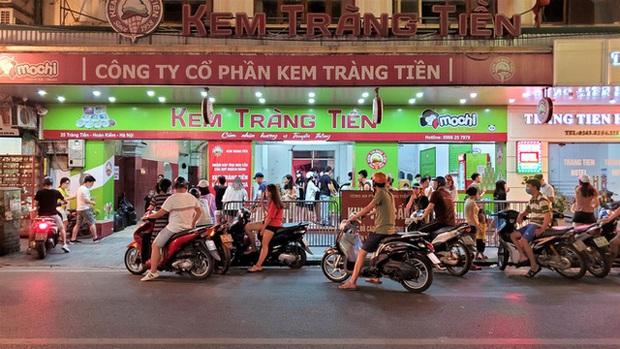 Nắng nóng đầu hè, hàng kem nổi tiếng Hà Nội chật cứng người - Ảnh 1.
