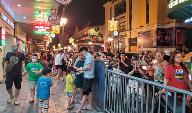 Nắng nóng đầu hè, hàng kem nổi tiếng Hà Nội chật cứng người - Ảnh 2.
