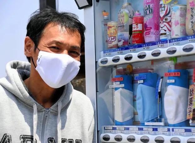 Đối phó với nắng nóng, người Nhật sáng chế ra khẩu trang đóng băng giải nhiệt hiệu quả - Ảnh 1.