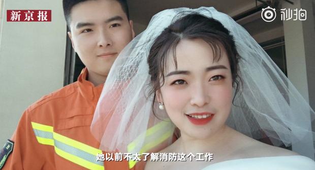 Đang chụp ảnh cưới, chú rể nghe tiếng động rồi quay lưng chạy đi, cô dâu dù biết lý do nhưng vẫn không khỏi ngơ ngác - Ảnh 3.