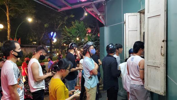 Nắng nóng đầu hè, hàng kem nổi tiếng Hà Nội chật cứng người - Ảnh 7.