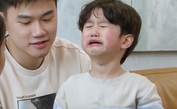 Xoài khóc thét, ôm chặt bố Tùng Sơn khi bị lừa gặp bác sĩ - Ảnh 4.