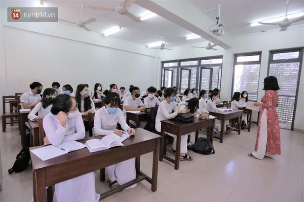 Bộ GD&ĐT: Không áp dụng giãn cách và được sử dụng điều hòa trong lớp học - Ảnh 1.
