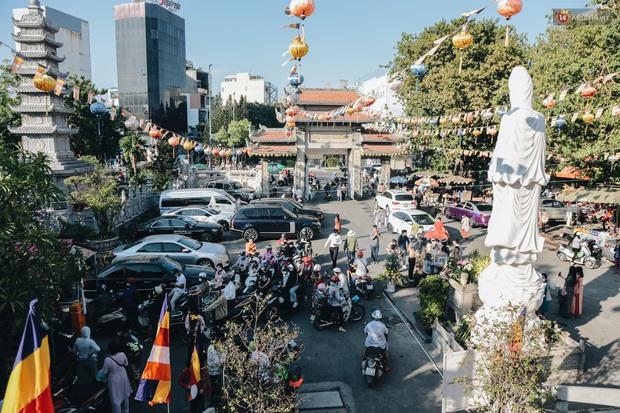Người Sài Gòn đeo khẩu trang đi chùa thắp hương, cầu nguyện mừng đại lễ Phật đản 2020 - Ảnh 1.