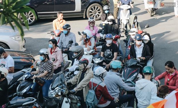 Người Sài Gòn đeo khẩu trang đi chùa thắp hương, cầu nguyện mừng đại lễ Phật đản 2020 - Ảnh 2.