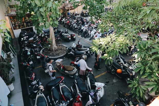 Người Sài Gòn đeo khẩu trang đi chùa thắp hương, cầu nguyện mừng đại lễ Phật đản 2020 - Ảnh 3.
