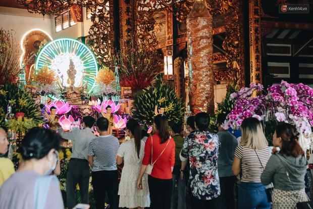 Người Sài Gòn đeo khẩu trang đi chùa thắp hương, cầu nguyện mừng đại lễ Phật đản 2020 - Ảnh 12.