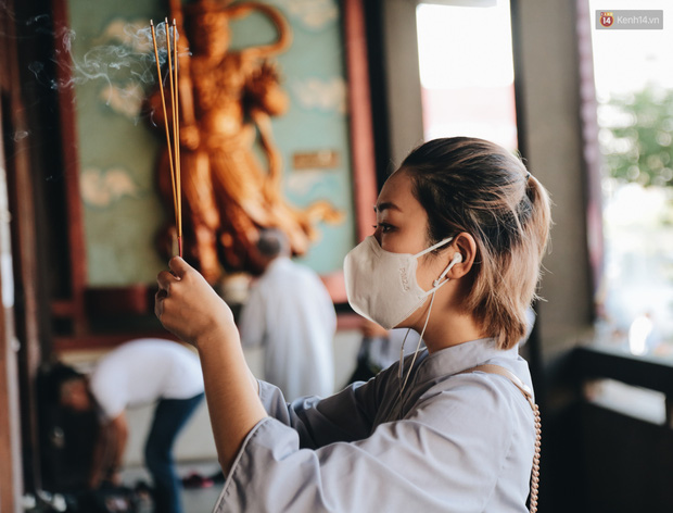 Người Sài Gòn đeo khẩu trang đi chùa thắp hương, cầu nguyện mừng đại lễ Phật đản 2020 - Ảnh 13.