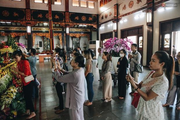 Người Sài Gòn đeo khẩu trang đi chùa thắp hương, cầu nguyện mừng đại lễ Phật đản 2020 - Ảnh 15.