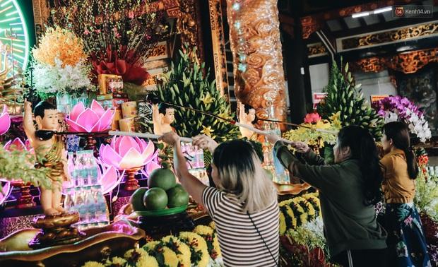 Người Sài Gòn đeo khẩu trang đi chùa thắp hương, cầu nguyện mừng đại lễ Phật đản 2020 - Ảnh 14.
