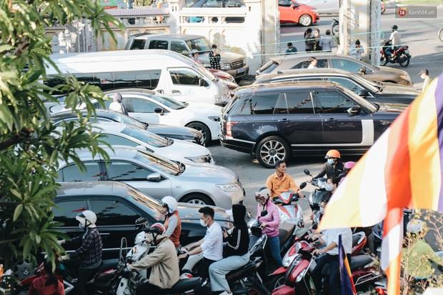 Người Sài Gòn đeo khẩu trang đi chùa thắp hương, cầu nguyện mừng đại lễ Phật đản 2020 - Ảnh 4.