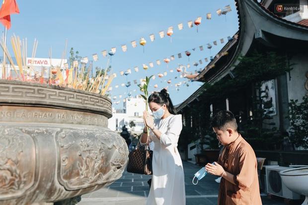 Người Sài Gòn đeo khẩu trang đi chùa thắp hương, cầu nguyện mừng đại lễ Phật đản 2020 - Ảnh 16.