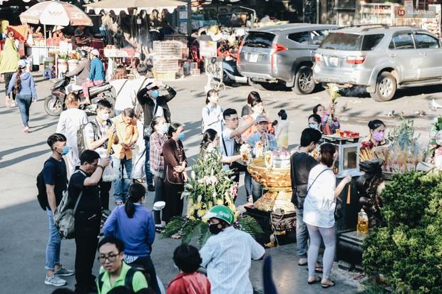Người Sài Gòn đeo khẩu trang đi chùa thắp hương, cầu nguyện mừng đại lễ Phật đản 2020 - Ảnh 11.