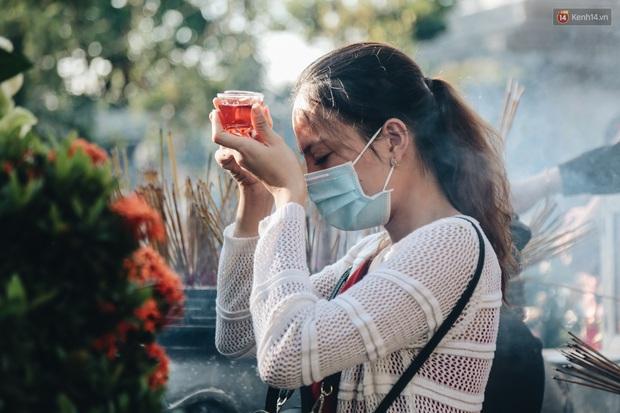 Người Sài Gòn đeo khẩu trang đi chùa thắp hương, cầu nguyện mừng đại lễ Phật đản 2020 - Ảnh 7.