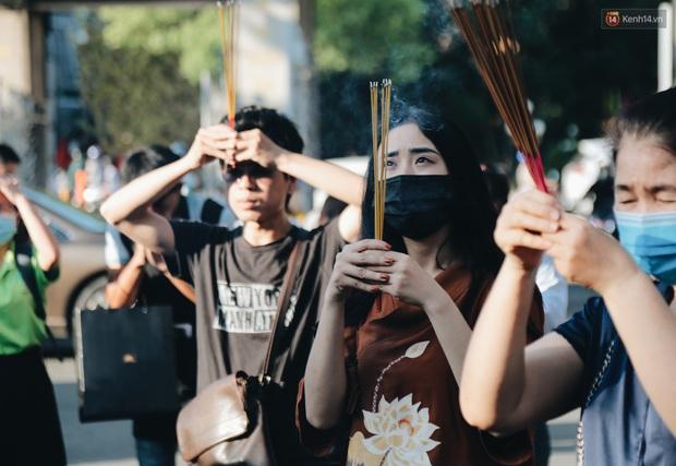 Người Sài Gòn đeo khẩu trang đi chùa thắp hương, cầu nguyện mừng đại lễ Phật đản 2020 - Ảnh 6.