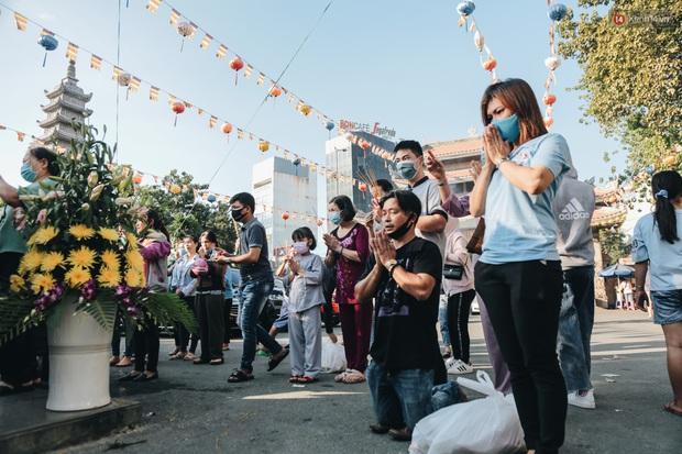 Người Sài Gòn đeo khẩu trang đi chùa thắp hương, cầu nguyện mừng đại lễ Phật đản 2020 - Ảnh 8.