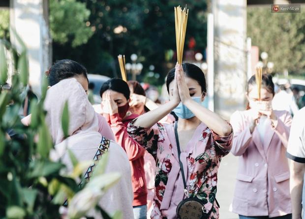 Người Sài Gòn đeo khẩu trang đi chùa thắp hương, cầu nguyện mừng đại lễ Phật đản 2020 - Ảnh 10.