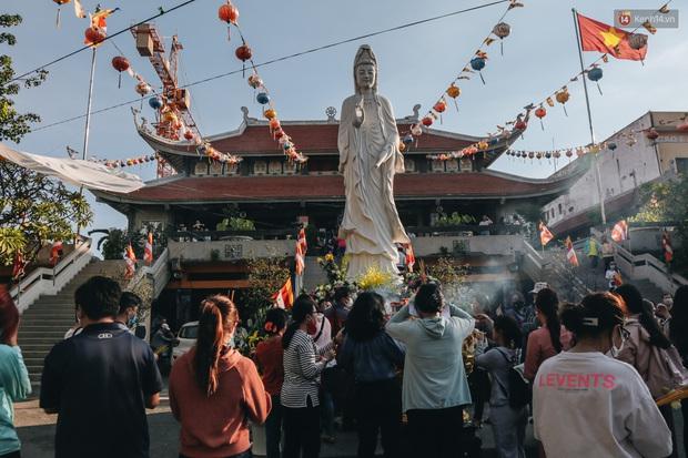 Người Sài Gòn đeo khẩu trang đi chùa thắp hương, cầu nguyện mừng đại lễ Phật đản 2020 - Ảnh 5.