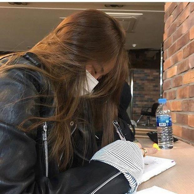 Những sinh viên vẫn phải ở nhà chưa được đi học: Trăm ngàn nỗi lo, thi online-offline lẫn lộn, sợ học một đằng thi một nẻo - Ảnh 1.