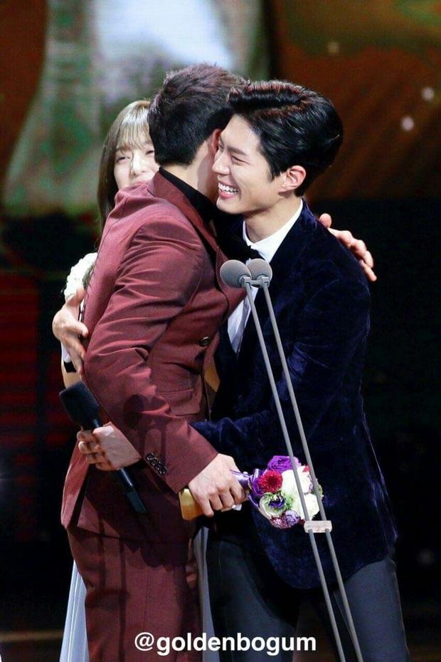 Quan hệ kỳ lạ của Song Joong Ki - Park Bo Gum: Như anh em ruột khóc vì nhau, dự cả đám cưới nhưng khác hẳn sau vụ ly dị? - Ảnh 14.