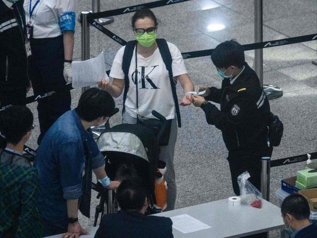 Ai đến Hong Kong cũng đều phải đeo vòng công nghệ này để kiểm soát dịch Covid-19, nếu vi phạm sẽ bị phạt tù 6 tháng - Ảnh 1.