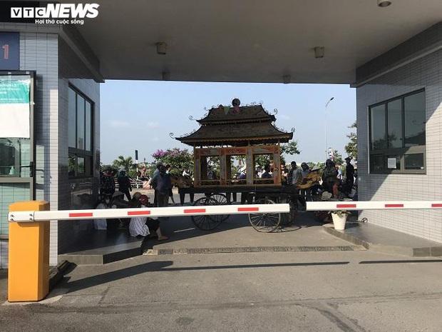 Bệnh nhân ở Thái Bình tử vong sau khi tiêm thuốc, người nhà mang xe tang đến bệnh viện - Ảnh 2.