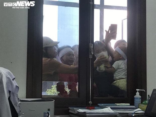 Bệnh nhân ở Thái Bình tử vong sau khi tiêm thuốc, người nhà mang xe tang đến bệnh viện - Ảnh 1.