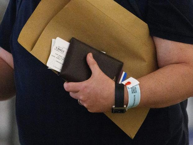 Ai đến Hong Kong cũng đều phải đeo vòng công nghệ này để kiểm soát dịch Covid-19, nếu vi phạm sẽ bị phạt tù 6 tháng - Ảnh 8.