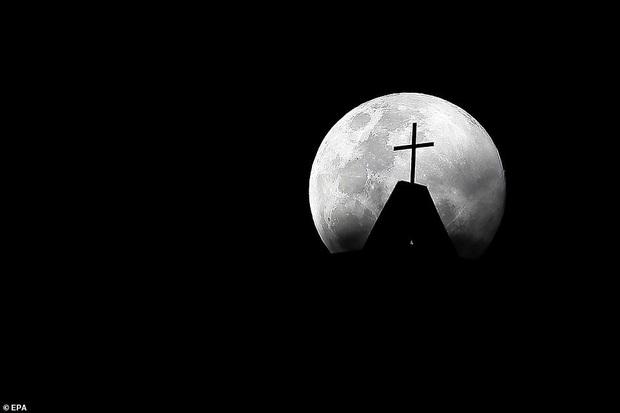 Loạt ảnh ấn tượng về siêu trăng cuối cùng của năm 2020 diễn ra vào đêm qua trên toàn thế giới - Ảnh 6.