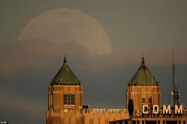 Loạt ảnh ấn tượng về siêu trăng cuối cùng của năm 2020 diễn ra vào đêm qua trên toàn thế giới - Ảnh 8.
