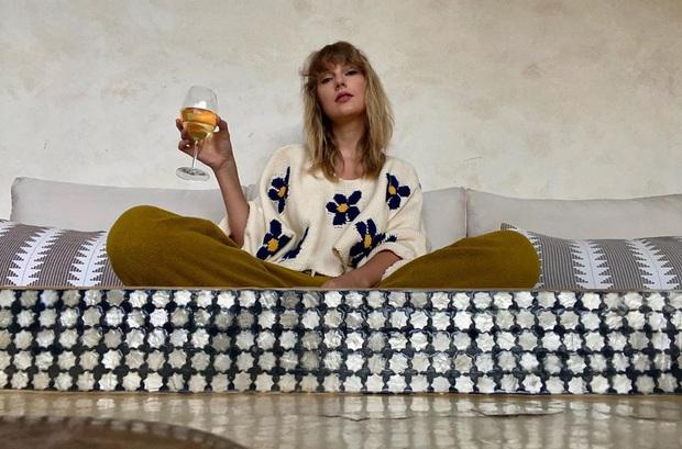 Dân tình căng mắt soi bức ảnh mới của Taylor Swift, chiếc cốc hé lộ mối quan hệ tình cảm hiện tại của nàng rắn? - Ảnh 2.