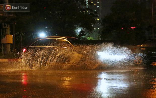 Đang oi nóng 40 độ, trời Hà Nội bất ngờ chuyển mưa giông kèm sấm chớp trong đêm - Ảnh 6.