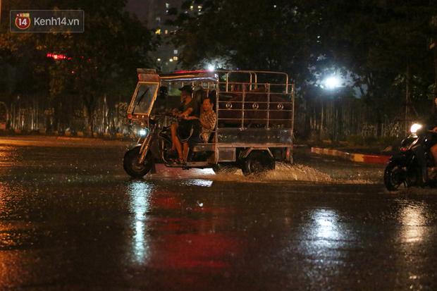 Đang oi nóng 40 độ, trời Hà Nội bất ngờ chuyển mưa giông kèm sấm chớp trong đêm - Ảnh 7.