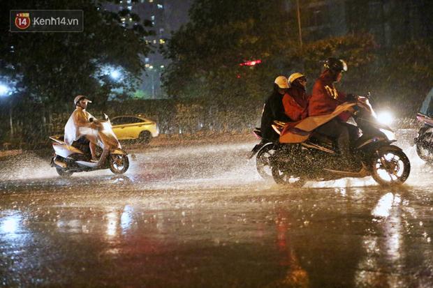 Đang oi nóng 40 độ, trời Hà Nội bất ngờ chuyển mưa giông kèm sấm chớp trong đêm - Ảnh 2.