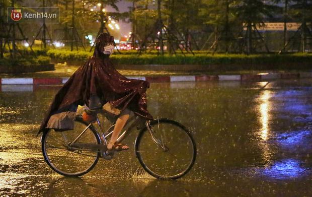 Đang oi nóng 40 độ, trời Hà Nội bất ngờ chuyển mưa giông kèm sấm chớp trong đêm - Ảnh 5.