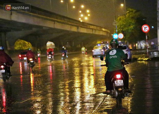Đang oi nóng 40 độ, trời Hà Nội bất ngờ chuyển mưa giông kèm sấm chớp trong đêm - Ảnh 9.
