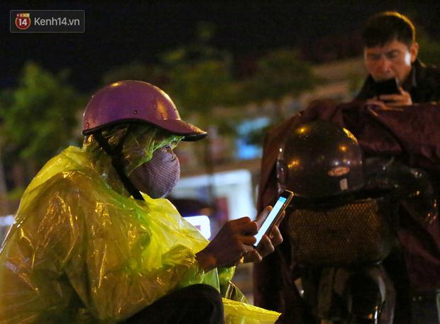 Đang oi nóng 40 độ, trời Hà Nội bất ngờ chuyển mưa giông kèm sấm chớp trong đêm - Ảnh 12.
