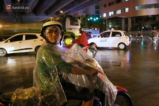 Đang oi nóng 40 độ, trời Hà Nội bất ngờ chuyển mưa giông kèm sấm chớp trong đêm - Ảnh 11.