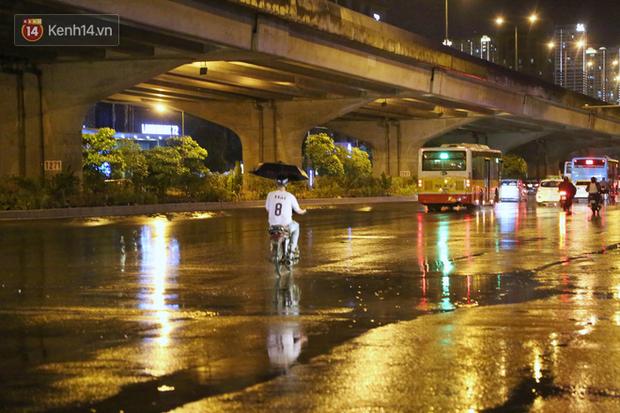 Đang oi nóng 40 độ, trời Hà Nội bất ngờ chuyển mưa giông kèm sấm chớp trong đêm - Ảnh 15.