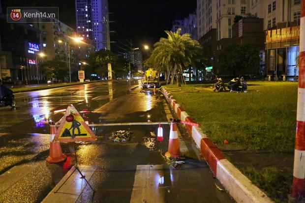 Đang oi nóng 40 độ, trời Hà Nội bất ngờ chuyển mưa giông kèm sấm chớp trong đêm - Ảnh 16.