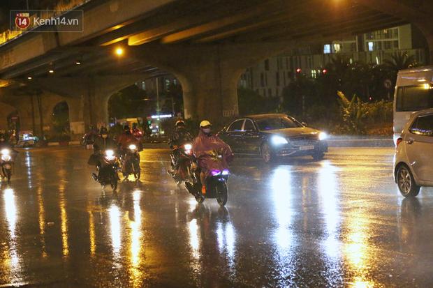 Đang oi nóng 40 độ, trời Hà Nội bất ngờ chuyển mưa giông kèm sấm chớp trong đêm - Ảnh 1.