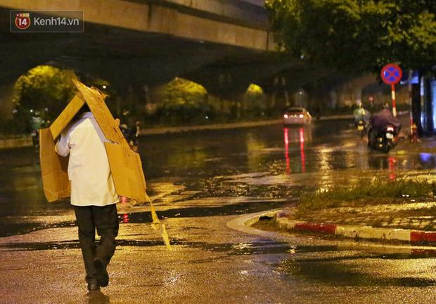 Đang oi nóng 40 độ, trời Hà Nội bất ngờ chuyển mưa giông kèm sấm chớp trong đêm - Ảnh 14.