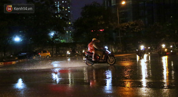 Đang oi nóng 40 độ, trời Hà Nội bất ngờ chuyển mưa giông kèm sấm chớp trong đêm - Ảnh 4.